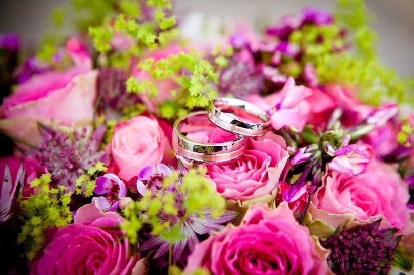 Hochzeitsringe Blumenstrauß