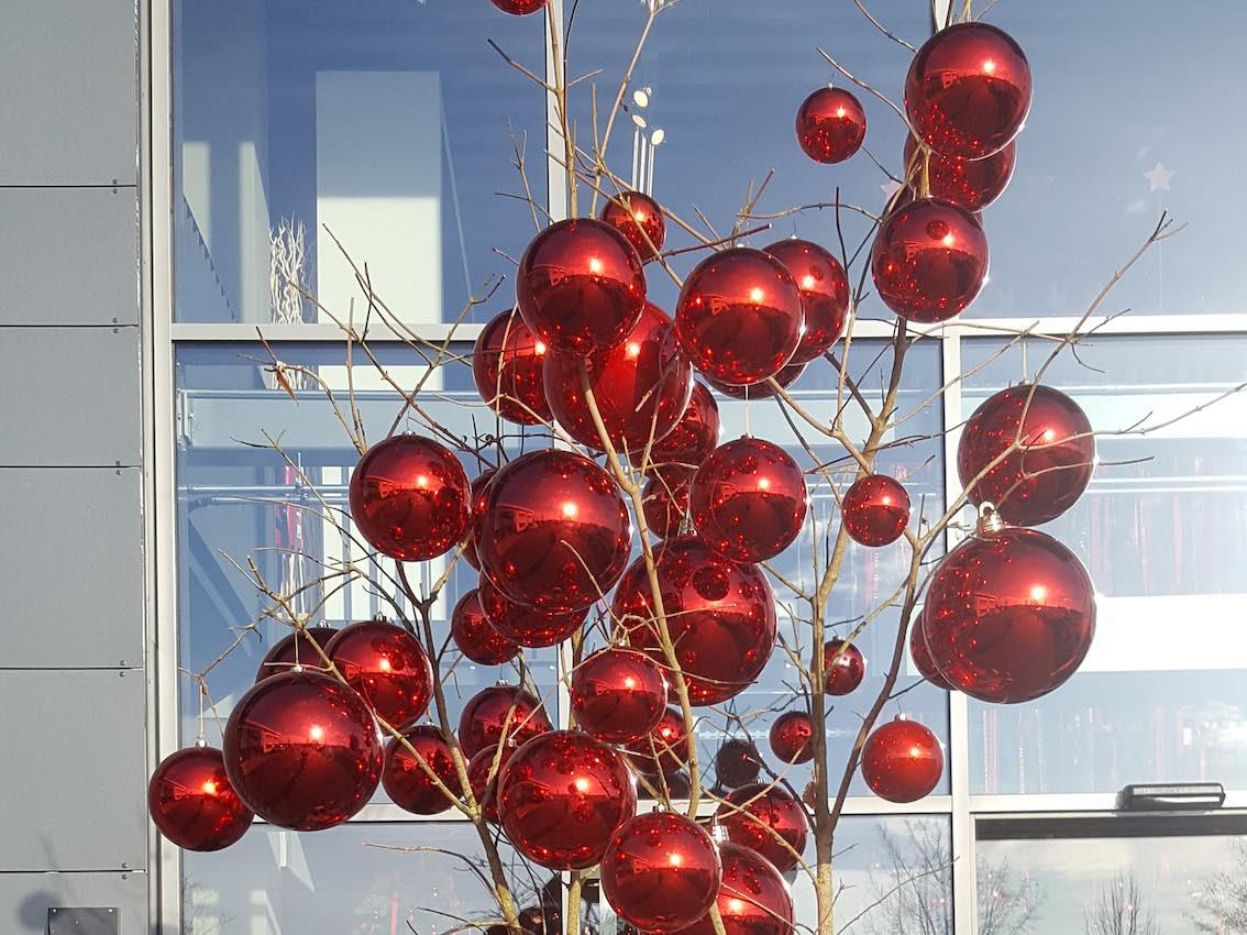 Weihnachtsdeko München Rote Kugeln vor Autohaus