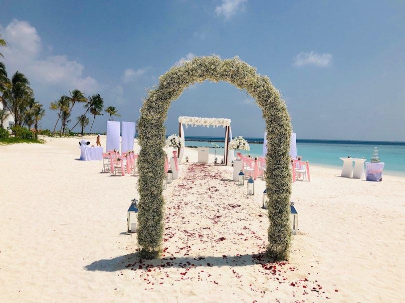 Rosenbogen auf Malediven am Strand Hochzeit