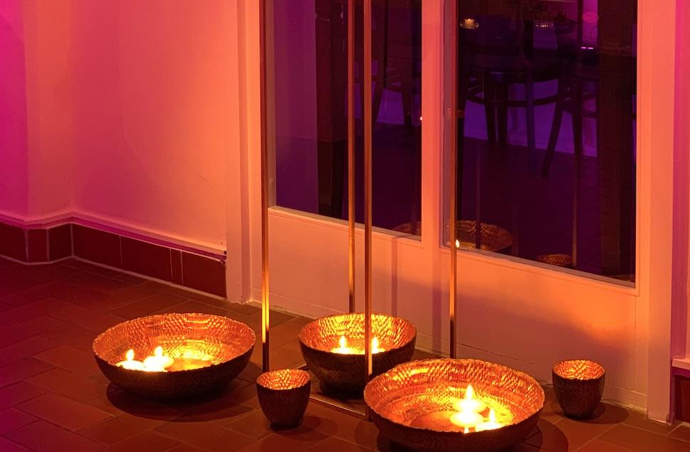Deko Klangschalen mit Kerzen am Boden