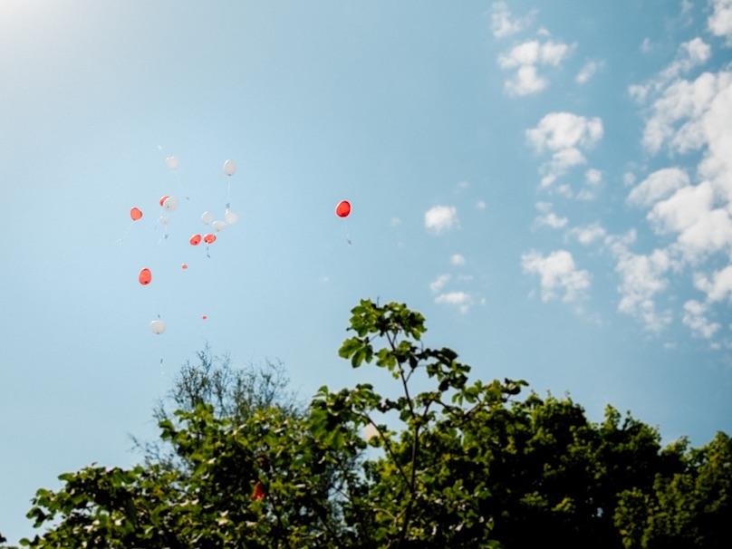 Heiratsantrag Luftballons fliegend