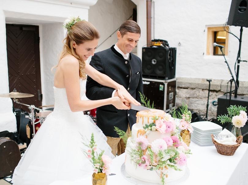 Hochzeitstorten Dekoration mit frischen Blumen