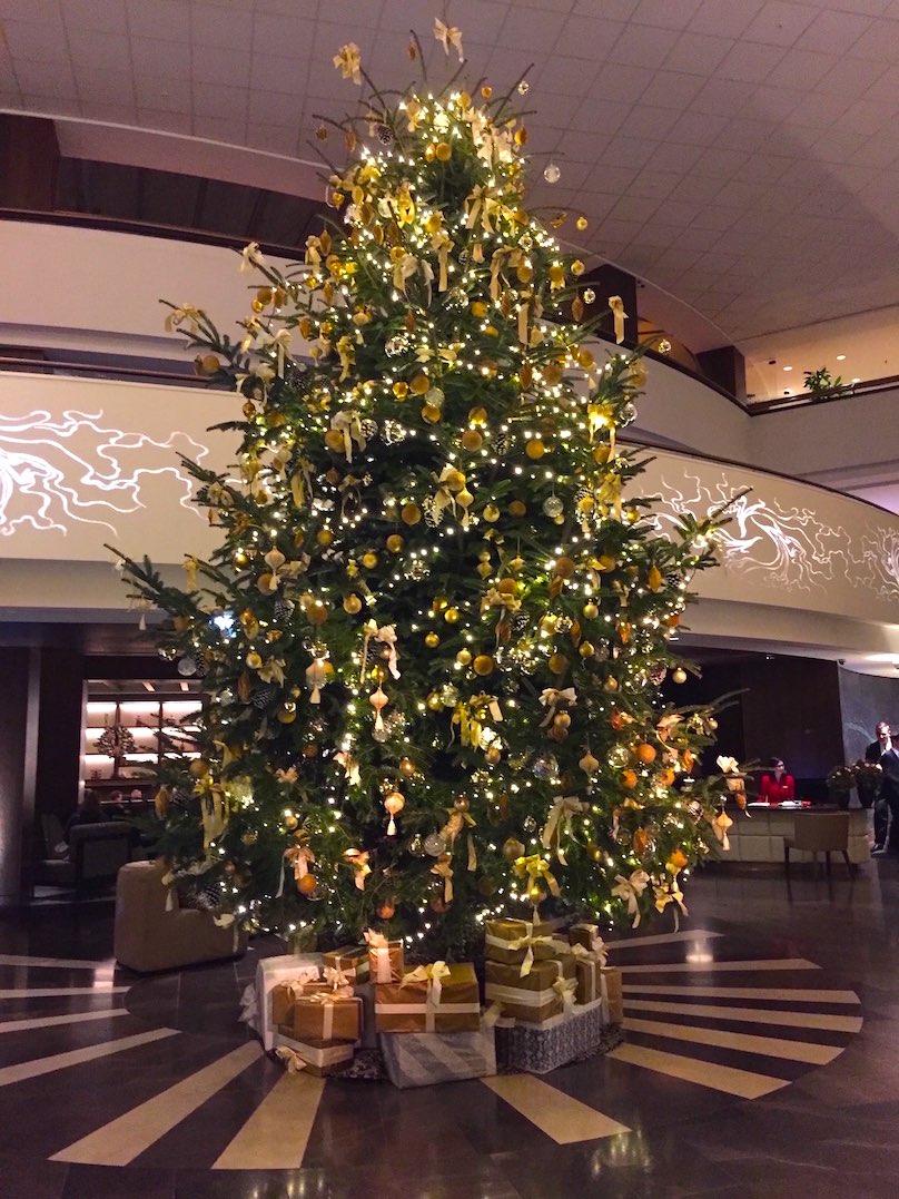 Dekoration Weihnachtsbaum Hotel durch Dekorateur