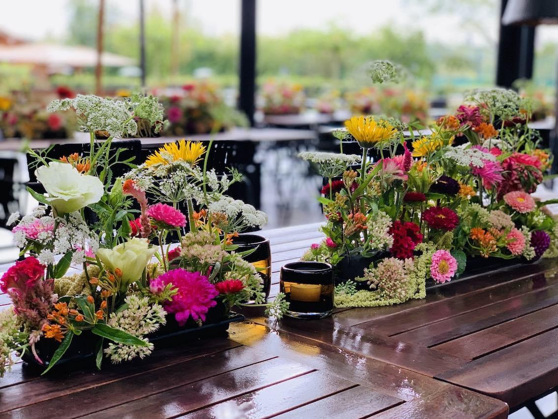 Eventdekoration Schweiz Tischdeko mit Blumen