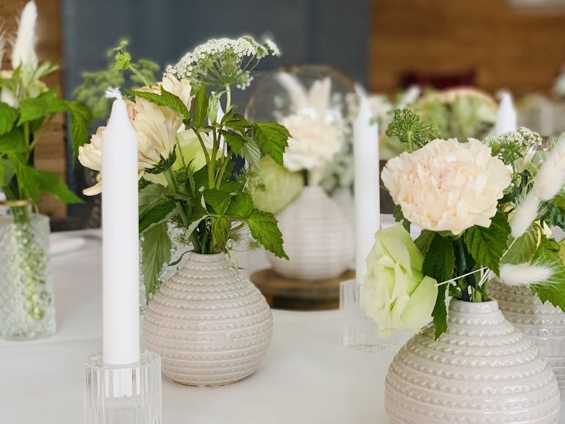 Hochzeitsdekoration Schweiz weiße Vasen mit weißen Rosen