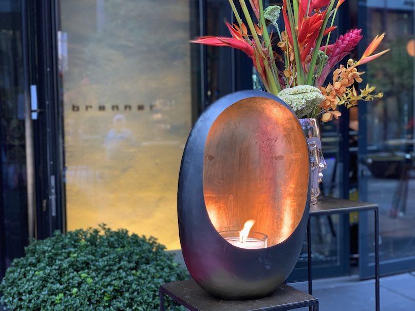 Restaurantdekoration Schweiz Windlicht vor Eingang