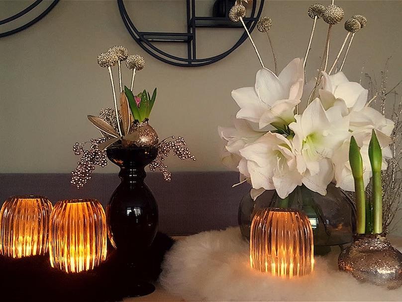 elegante Weihnachtsdekoration mit Blumen