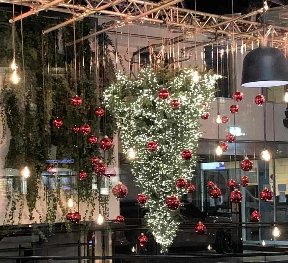 Weihnachtsbaum Kopfüber im Einkaufszentrum