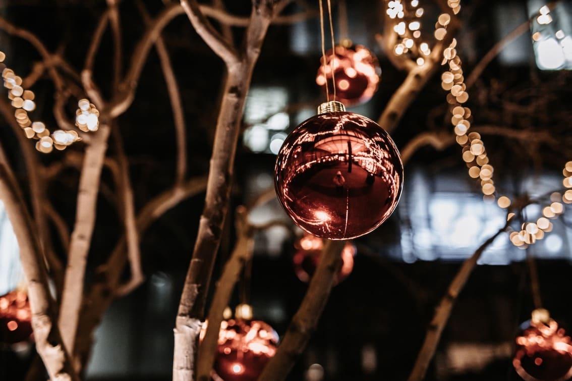 Weihnachtskugeln außen mit Lichterketten