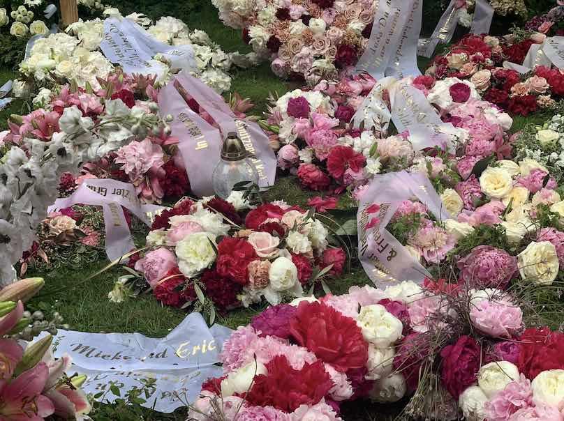 Farbige rote gelbe und weiße Trauerkränze in München Beerdigung