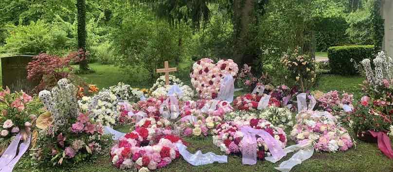 Rot Rosa Blumengestecke am Grab in München