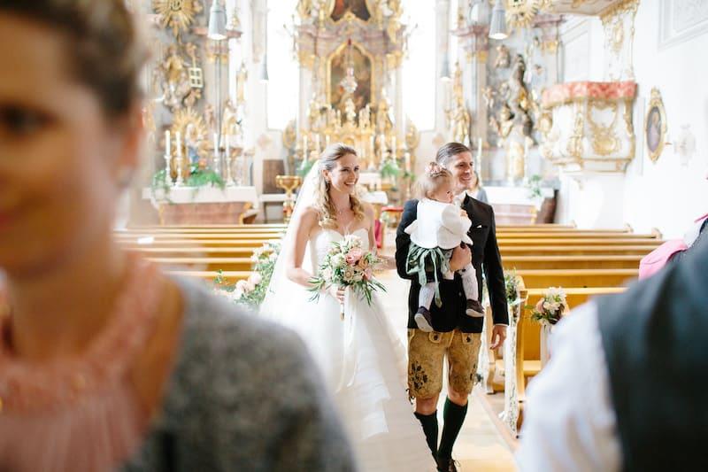 Trachtenhochzeit Brautpaar in Kirche